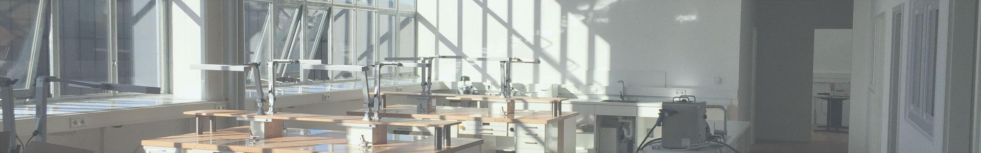 Ausschnitt einer Aufnahme, die Arbeitsplätze von Zahntechnikern in Düsseldorf zeigt.