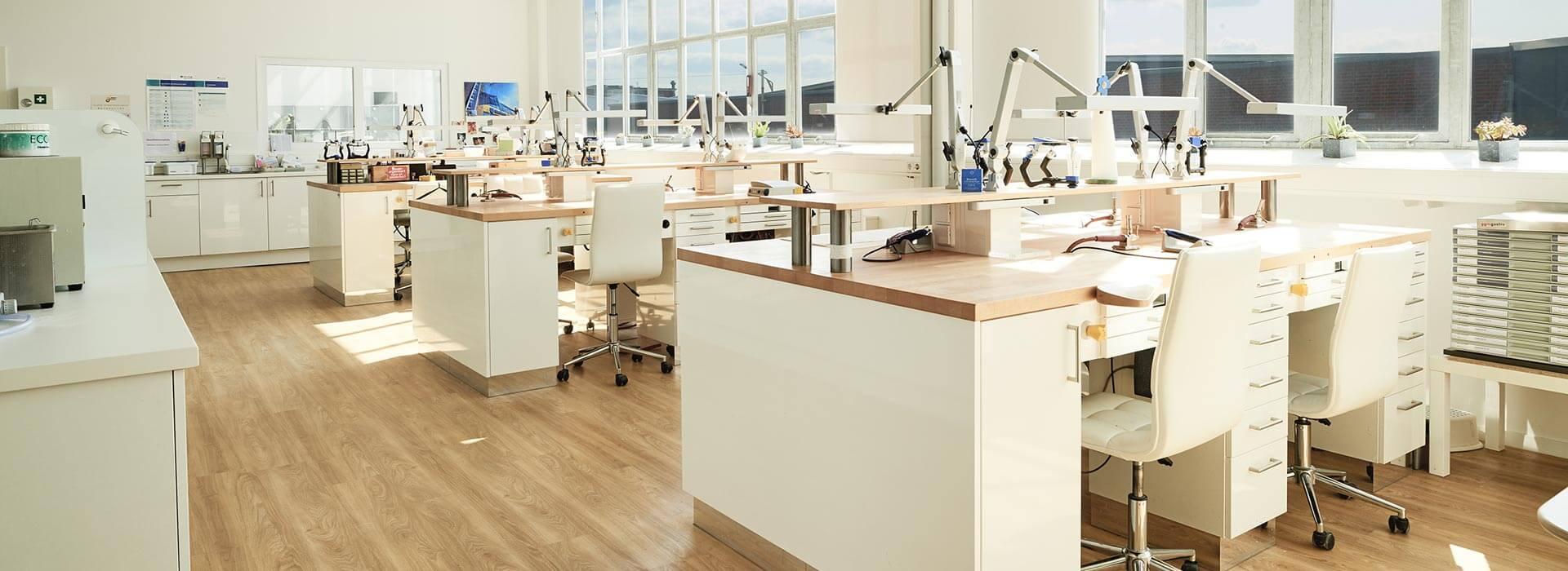 Arbeitsplätze der Zahntechniker mit Geräten im Zahnwerk Düsseldorf.