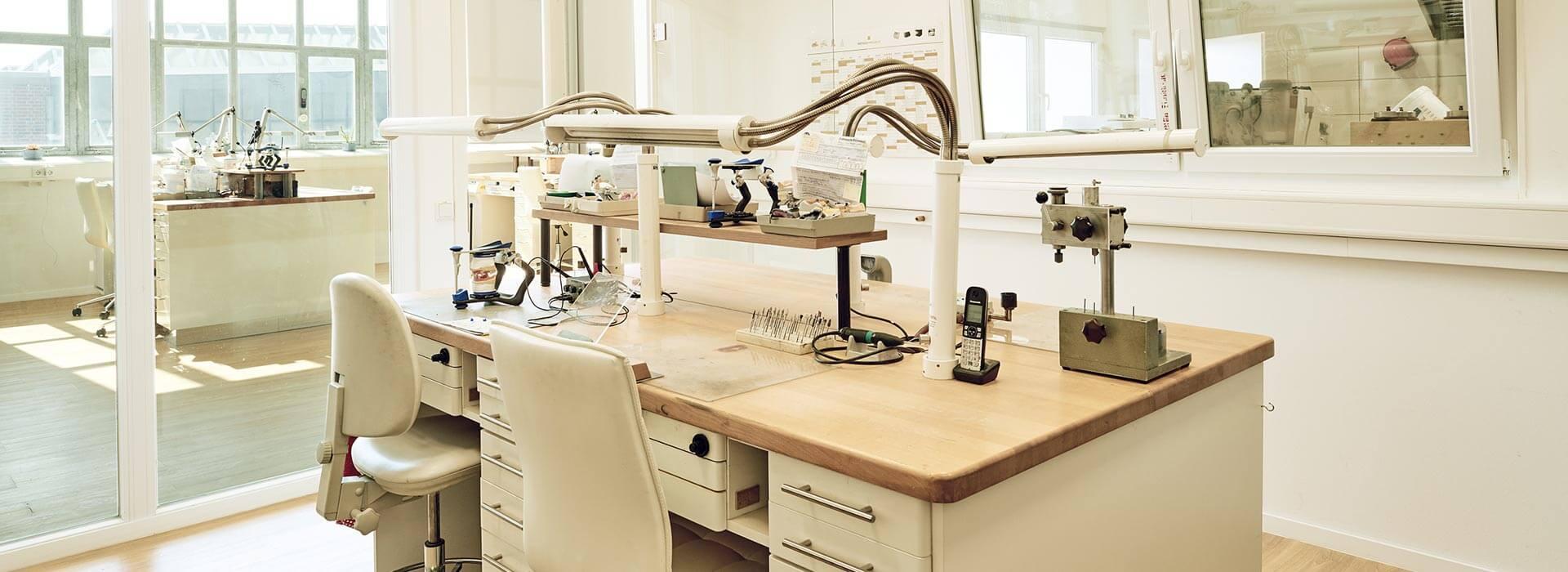 Arbeitsplatz eines Zahntechnikers mit Geräten im Zahnwerk Düsseldorf.