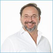 Laborinhaber Sacha Broich vom Dentallabor Zahnwerk in Düsseldorf lächelt in die Kamera.